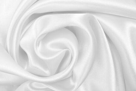 Glatte, elegante weiße Seide oder Satin-Luxus-Tuchstruktur kann als Hochzeitshintergrund verwendet werden. Luxuriöses Hintergrunddesign Standard-Bild