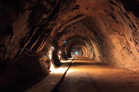 Oscuro túnel en uranio antigua mina en Polonia