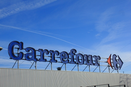 Grote Carrefour logo op de blauwe hemel Redactioneel