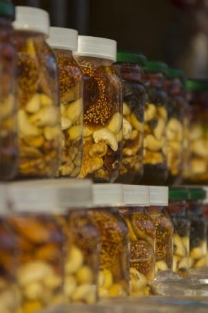 Le miel avec des fruits secs dans les banques Banque d'images