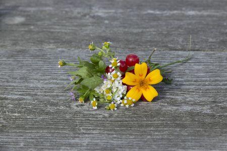 Bouquet de fleurs et de fruits sur la table Banque d'images