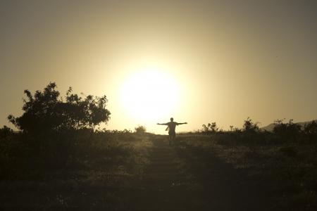 L'homme va droit � du soleil couchant Banque d'images