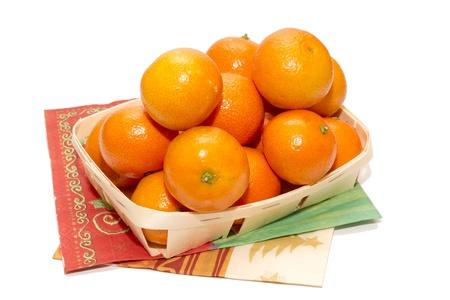 No�l mandarines sur fond blanc dans le panier en bois Banque d'images