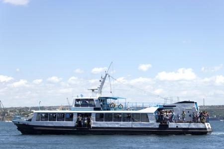 Livr� avec la voile touristes sur la mer