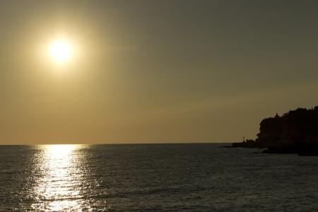 Le coucher de soleil enchanteur d'or sur la plage