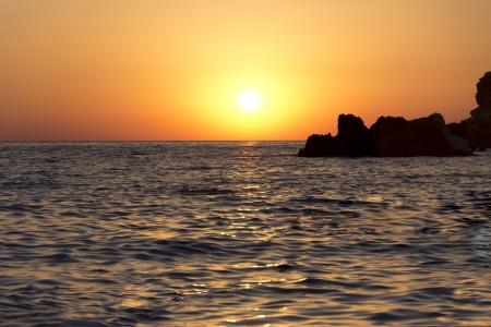 Le coucher de soleil dor� enchanteur sur la plage