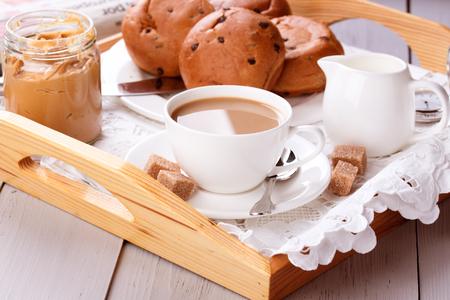 desayuno romantico: Desayuno con caf�, pasteler�a y mantequilla de man�
