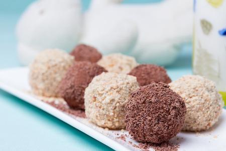 cafe bombon: Dulces caseros con chocolate y almendras en polvo Foto de archivo