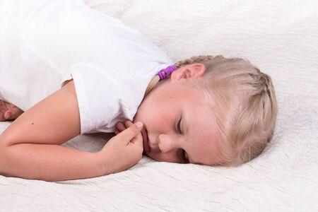Sad little girl in the bed closeup 版權商用圖片