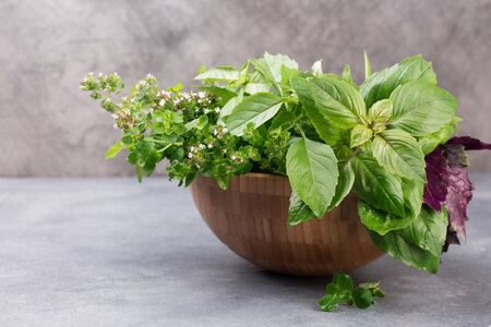 Aromatic herbs bunch, basil, mint and oregano in wooden bowl 版權商用圖片