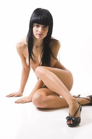 mujer desnuda sentada: Que hermosa chica desnuda se sienta en un fondo blanco