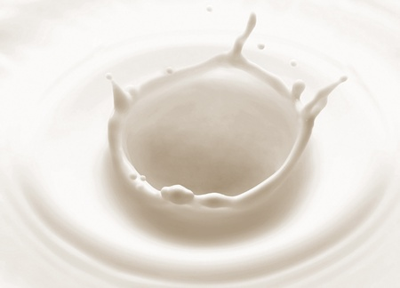 leche y derivados: salpicaduras de verter la leche sobre fondo blanco