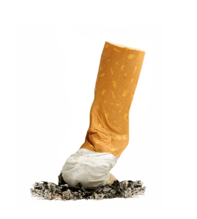 fumando: colilla de cigarrillo con ceniza aislados en blanco Foto de archivo