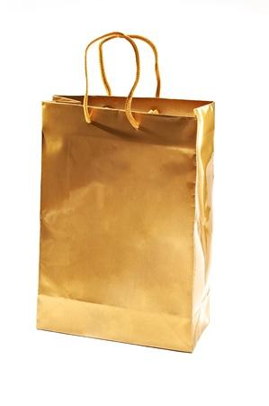 white paper bag: Bolso de compras de oro cerca a tiros en el blanco Foto de archivo