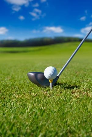 torneio: Clube de golfe com bola no tee