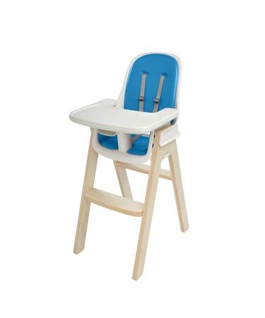 bebe sentado: silla alta bajo el fondo blanco