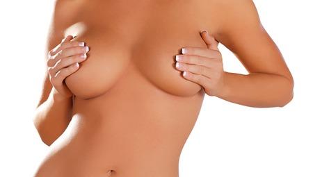 corps femme nue: corps de femme aux seins nus couvrant sa poitrine avec la main
