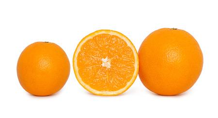 naranja fruta: Frutas de color naranja en rodajas aislado sobre fondo blanco