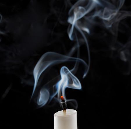 Gedoofd kaars met rook Stockfoto