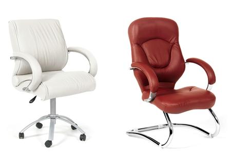 silla: Las sillas de oficina de cuero blanco y marr�n Foto de archivo