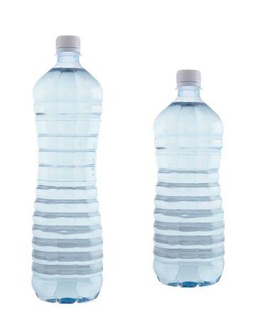 agua purificada: Imagen de botellas de agua purificada sobre el fondo blanco