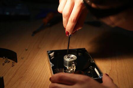 disco duro: Mujer de trabajo técnico en un disco duro