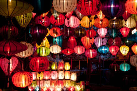 축제의: One of the numerous colorful paper lantern shops in Hoi An, Vietnam