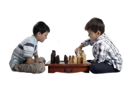 gamesmanship: Piezas de ajedrez de madera tallada - ni�os jugando  Foto de archivo