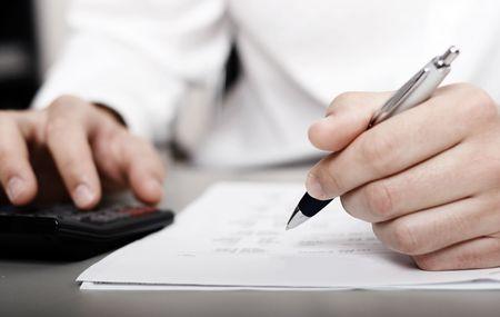 ubezpieczenia: mężczyzn w biała bluzka wypełnieniu pustego formularza