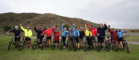 montando bicicleta: Bicicleta de Monta�a Aventura en las monta�as de Mongolia Foto de archivo