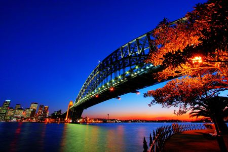 夕暮れの照明でシドニーのハーバー ブリッジ