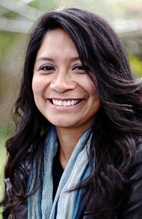 donne mature sexy: eleganti donne Latino in posa con un sorriso naturale