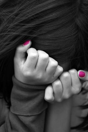 femme triste: jeune fille se cachant son visage
