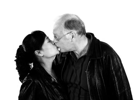 personas besandose: feliz pareja madura de interracial mixto en el amor