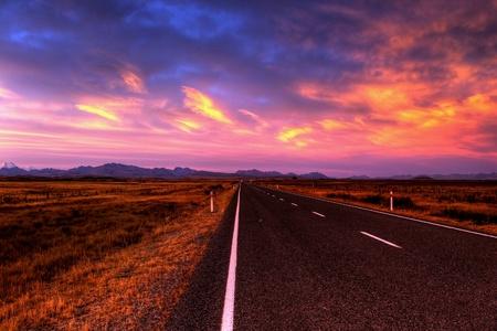 curves: paisaje de camino solitario país en colores vivos Foto de archivo