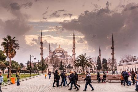 不明の人が、ブルーモスクの広場も歩いては、スルタンアフメト ・ モスクや Turkey.MARCH 11,2017、イスタンブールのスルタン アフメット モスクと呼ば
