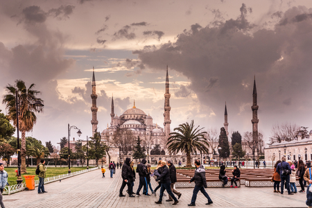 Niet-geïdentificeerde mensen lopen op het plein van de blauwe moskee ook genoemd Sultan Ahmed Mosque of Sultan Ahmet Mosque in Istanbul, Turkije. 11,2017 MAART