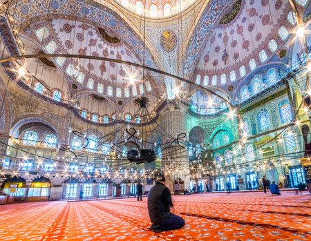 블루 모스크에서기도 무슬림 사람들 술탄 아메드 모스크 또는 술탄 아멧 모스크라고도합니다 .ISTANBUL, 터키 -3 월 11 일, 2017