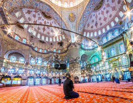 Moslimmensen die in Blauwe Moskee bidden die ook Sultan Ahmed Mosque of Sultan Ahmet Mosque.ISTANBUL wordt genoemd, TURKIJE 11 MAART, 2017