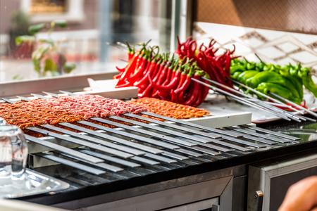いくつかのアダナケバブ串が調理され、提供されるのを待って並んでいました。生のトルコの伝統的なシッシュケバブ、肉、肝臓、牛肉、レストラ 写真素材