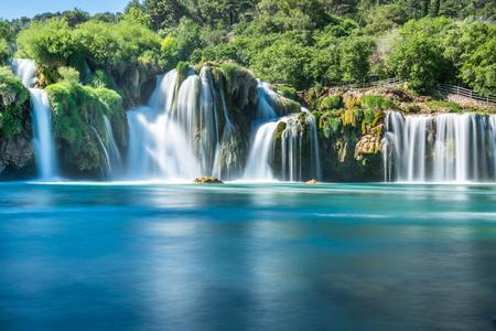 Długa ekspozycja Widok na wodospad Skradinski Buk w Parku Narodowym Krka, jednym z chorwackich parków narodowych w Szybeniku w Chorwacji. Zdjęcie Seryjne