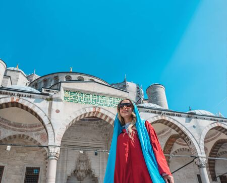 Attractive beautiful girl with covered clothes poses in front of Sultan Ahmet Mosque in Istanbul,Turkey.Travel Concept Archivio Fotografico