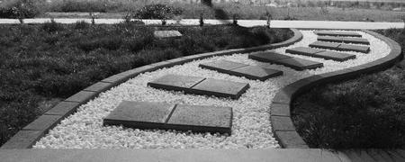 adoquines: Black And White curvas camino para caminar Pebble Pavimentadoras Foto de archivo