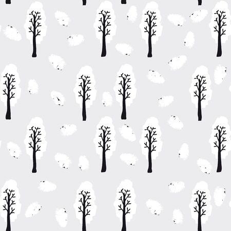 Foresta invernale. Gli alberi con fogliame bianco in piedi tra bianchi e neri cumuli di neve.