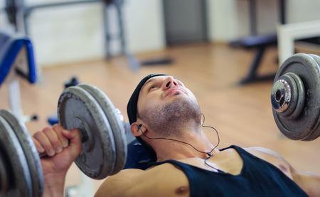 hombre fuerte: Sesión de entrenamiento de la gimnasia Foto de archivo