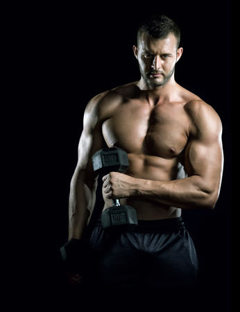 Junge Erwachsene Mann tun Hantel Presse im Fitness-Studio Black background Gym Trainingseinheit Standard-Bild