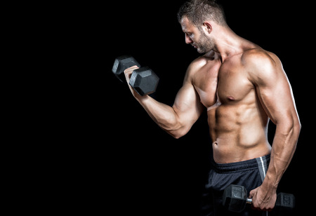 Jonge volwassen man doet barbell pers in sportschool