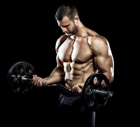 Mann Gewichtheben in der Turnhalle auf schwarzem Hintergrund tun.