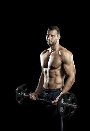 Mann Gewichtheben in Fitness-Studio auf schwarzem Hintergrund tut.