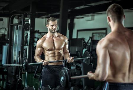 Junge Erwachsene Bodybuilder Gewichtheben in Fitness-Studio machen.